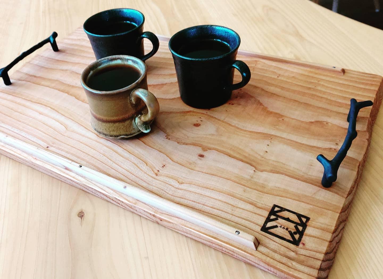 ヨンロッパさんでコーヒータイム♪ 雰囲気のある木頭杉のトレー