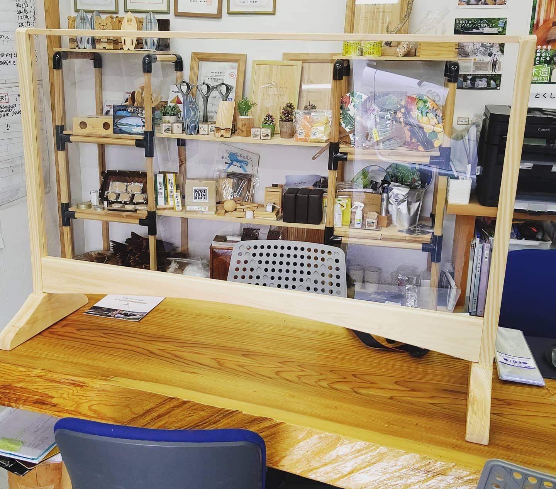 【コロナ対策】オフィスに木頭杉の飛沫防止パネルを設置!