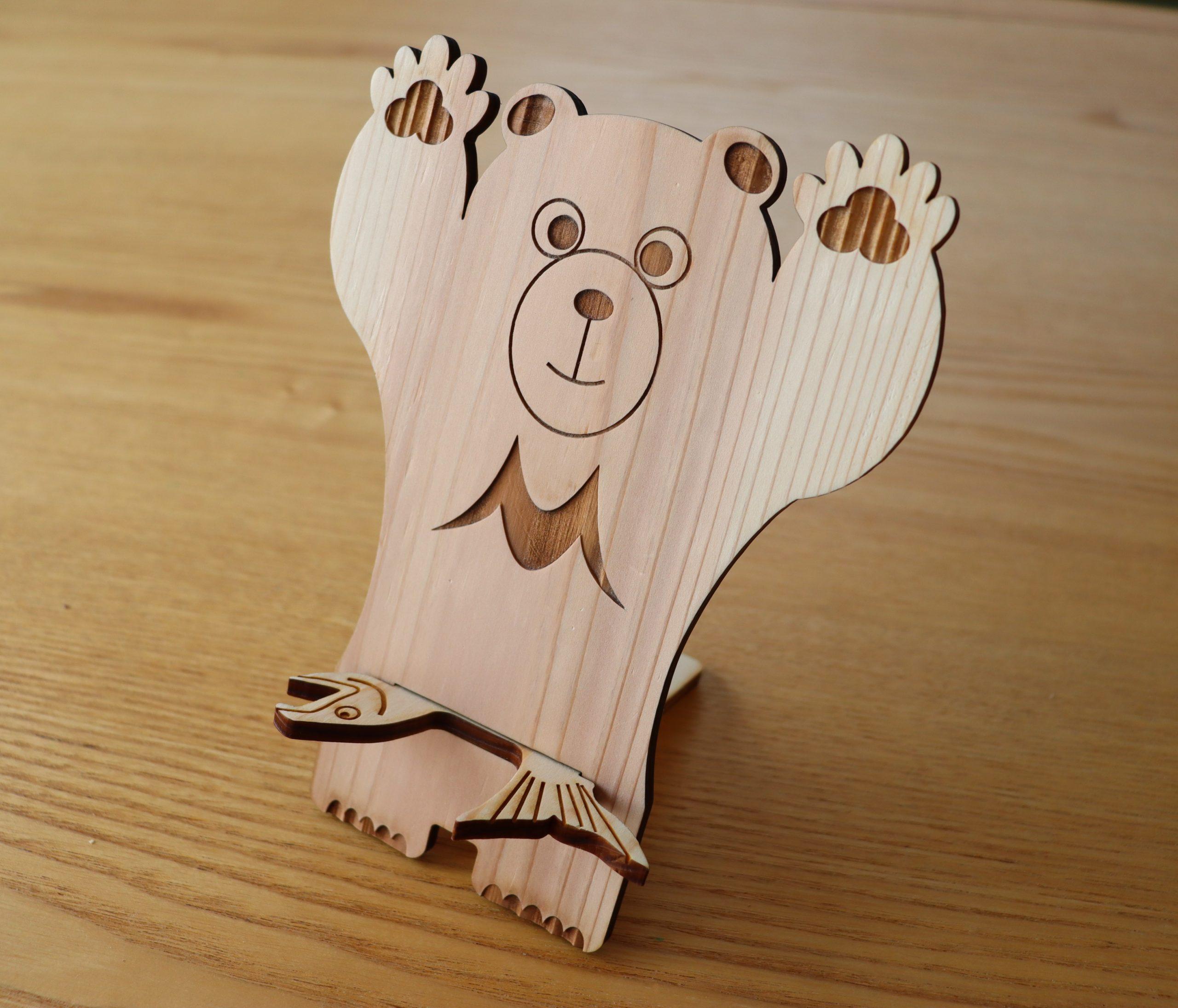 お土産に最適な木頭杉のスマホスタンド 熊と魚のKUMA×Fish